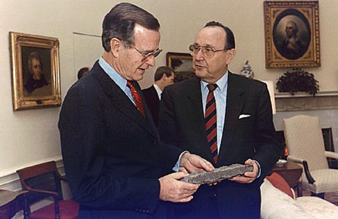Genscher entrega un fragmento del Muro al presidente George Bush en...