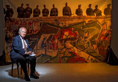 Ehrman, de 85 años, frente a una imagen del Muro.