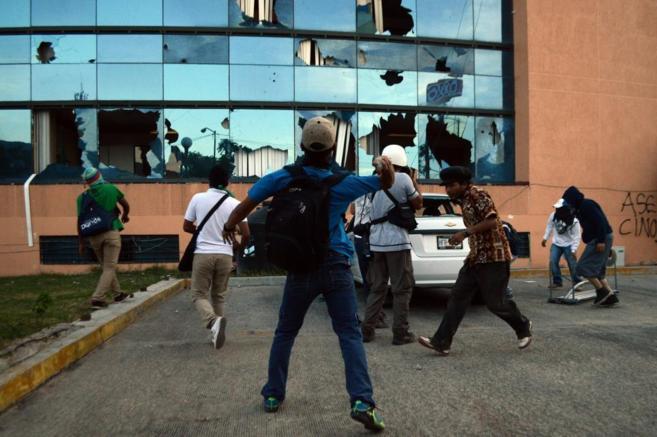 Varios estudiantes atacan el Palacio de Gobierno de Guerrero.