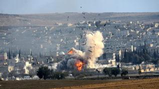 Vista de una explosión en Kobani.
