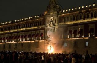 Llamas en la entrada del Palacio Nacional en México.