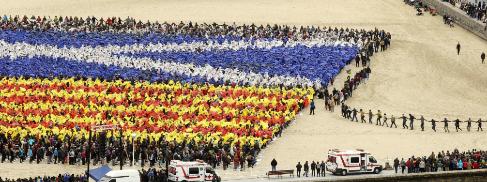 Un mosaico creado por 10.000 personas en San Sebastián.