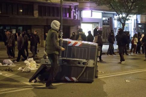 Jóvenes encapuchados en los disturbios de Gamonal.