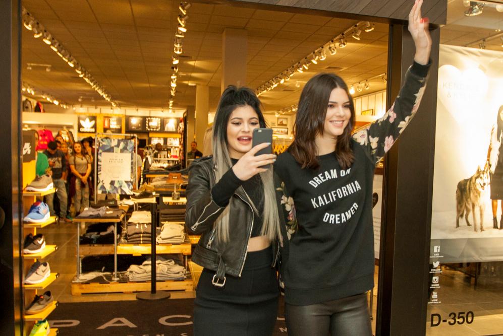 Kendall y Kylie Jenner en la inauguración de la  colección de...