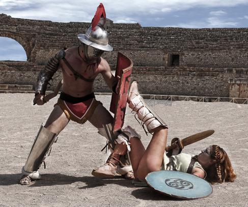 Dos actores representan una pelea de gladiadores durante los Juegos.