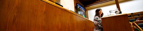 Nerea Llanos habla ante la Cámara vasca.