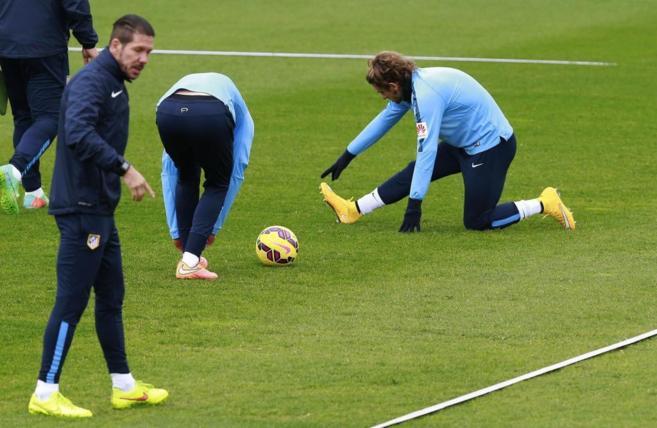 Simeone dirige un entrenamiento del Atlético.