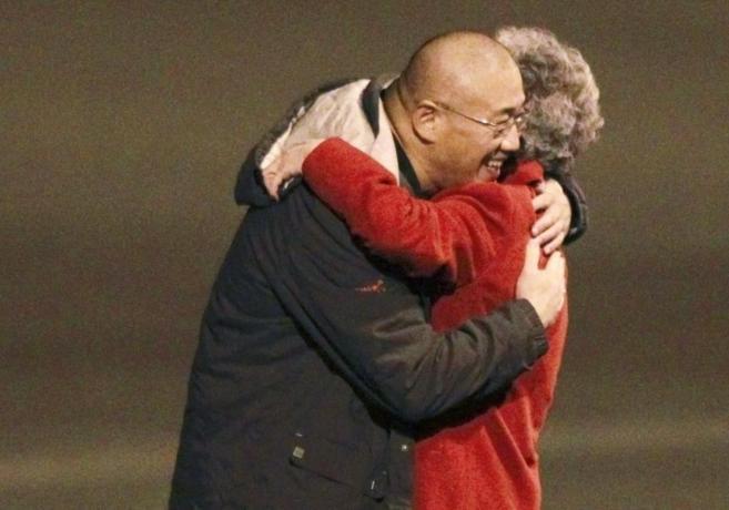 Kenneth Bae abraza a su madre en el aeródromo militar de la base de...