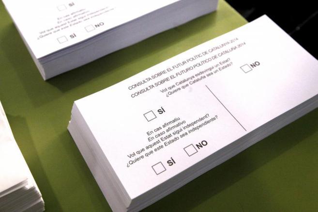 Papeletas de votación en el Instituto Itaca de Sant Boi.