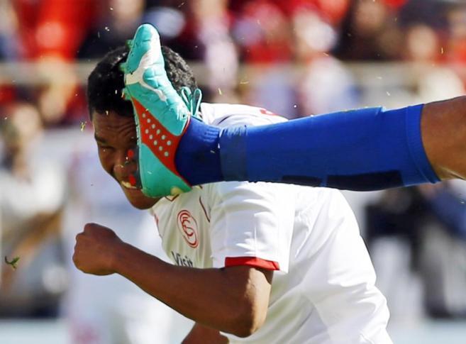 La bota de un jugador del Levante impacta en la cara de Bacca.
