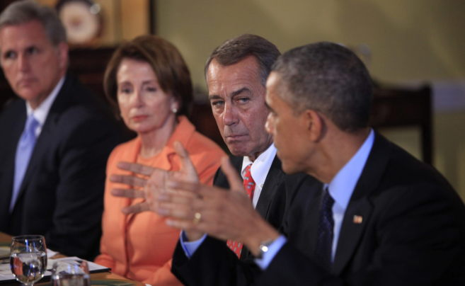 Barack Obama (dcha.), acompañado de Kevin McCarthy (izqda.), Nancy...