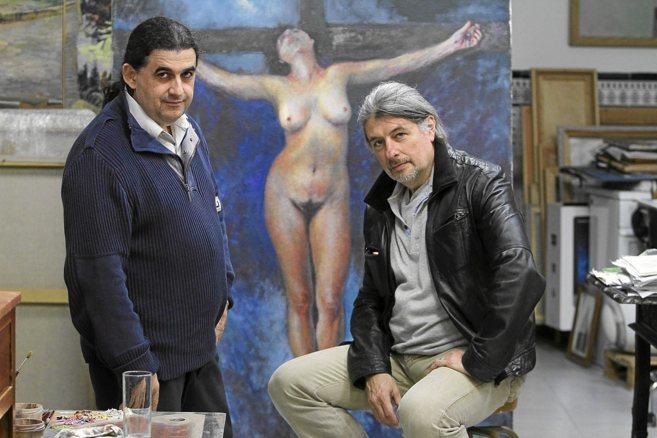 Manuel García y el clarinetista Diego Montes posan ante un lienzo...