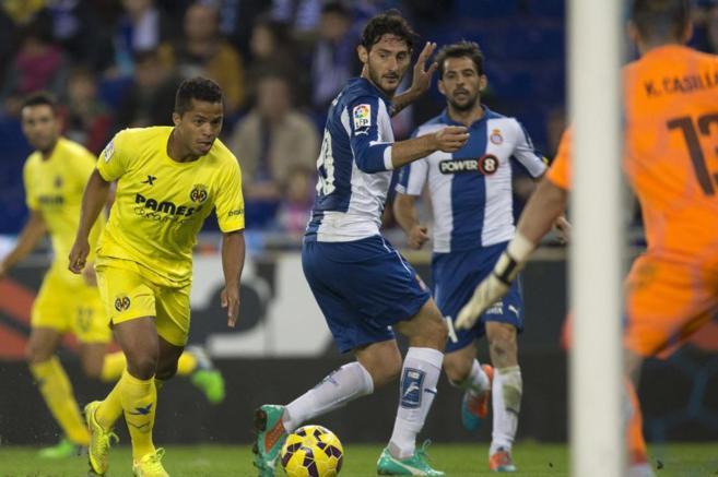 Giovani Dos Santos encara la portería defendida por Casilla.