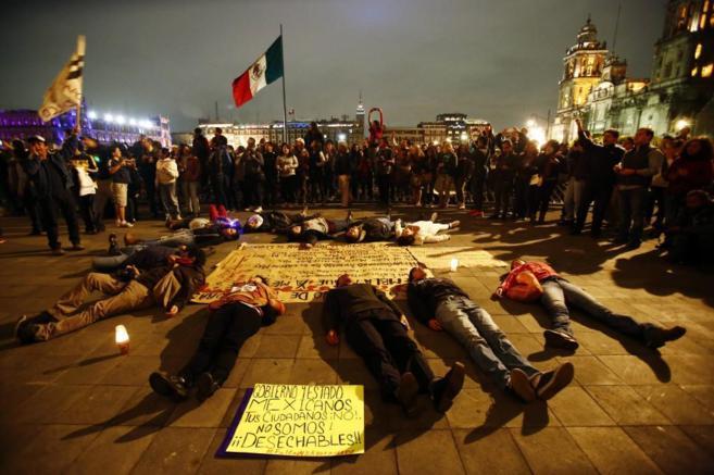 Una protesta cerca del Palacio Presidencial de México por la...