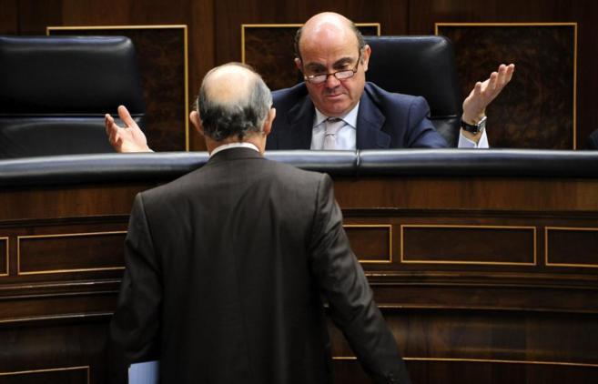 Los ministros de Economia, Luis de Guindos, y de Hacienda, Cristóbal...