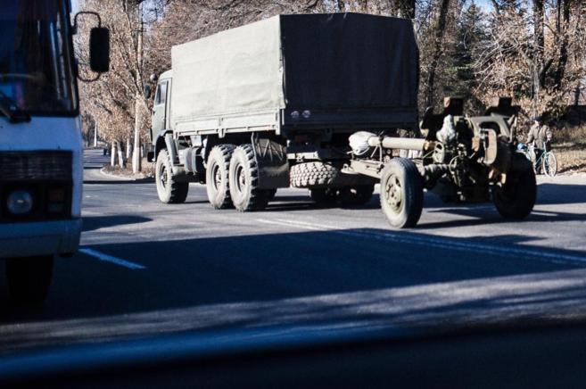 Imagen de un camión arrastrando un cañón camino de Donetsk.