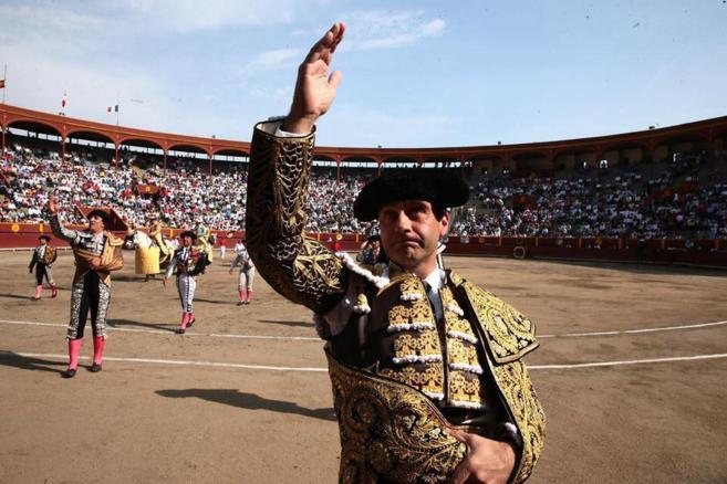 Ponce saluda al palco al romper el paseíllo en Lima