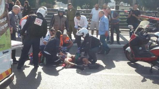 Personal de emergencias atienden al herido, tras el ataque.