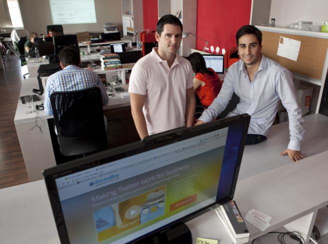 Los dos socios de SocialBro, Alfredo Artiles y Javier Burón, en su...
