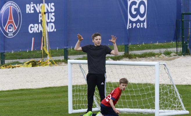 Brooklyn Beckham, con su hermano Romeo, en un entrenamiento del PSG en...