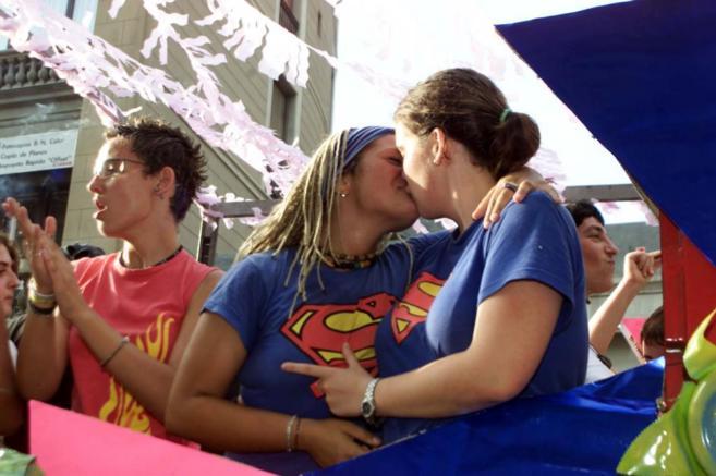 Una pareja de lesbianas, besándose, durante una manifestación en el...