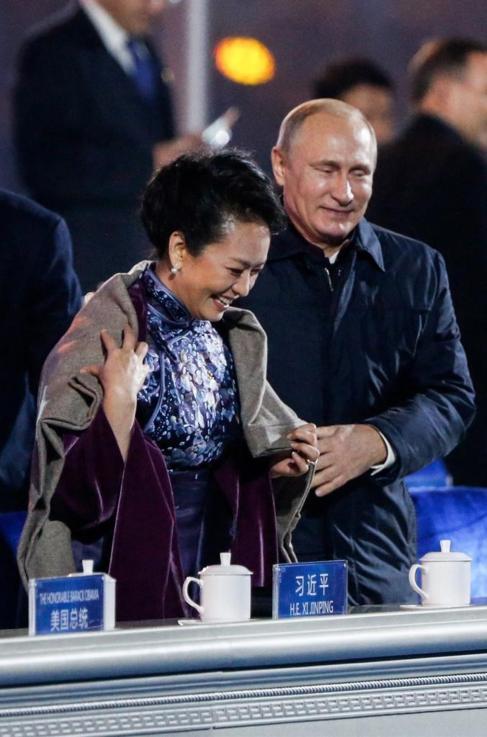 Vladimir Putin coloca su chaqueta sobre Peng Liyuan, primera dama...