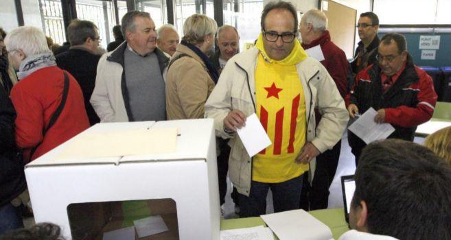 Ciudadanos ante una de las mesas de votación instalada el pasado...