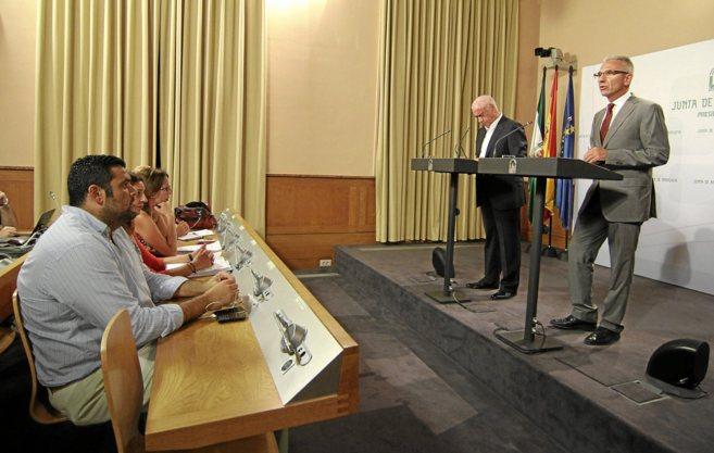 Carlos Cañavate en primera fila de una rueda de prensa de Luciano...