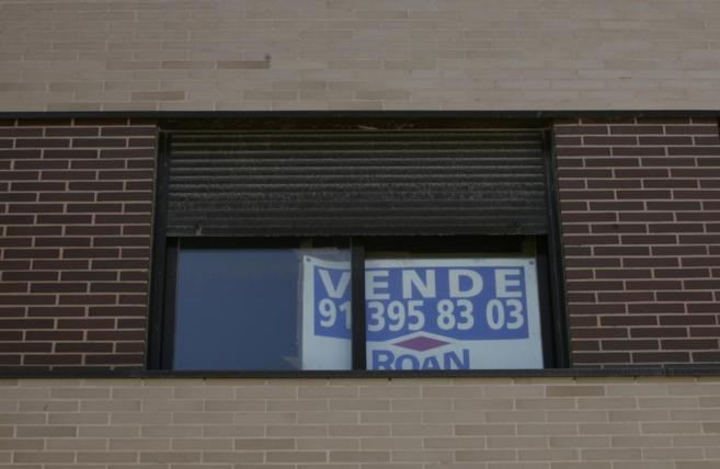 Imagen de archivo de un cartel de Se vende en la ventana de un piso en...
