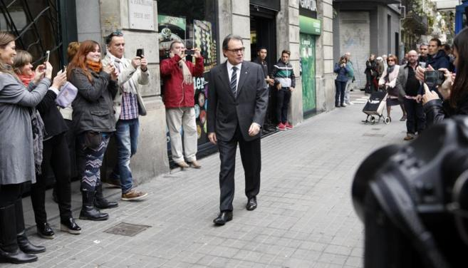 Artur Mas, ayer, aplaudido a su llegada a la sede de Convergència...