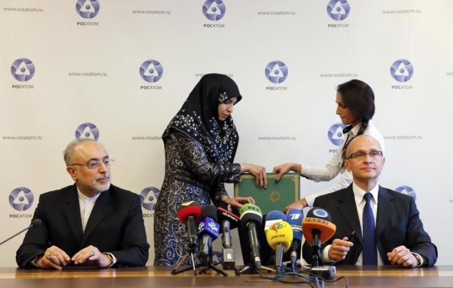 Ceremonia de la firma del acuerdo nuclear entre Irán y Rusia, en...