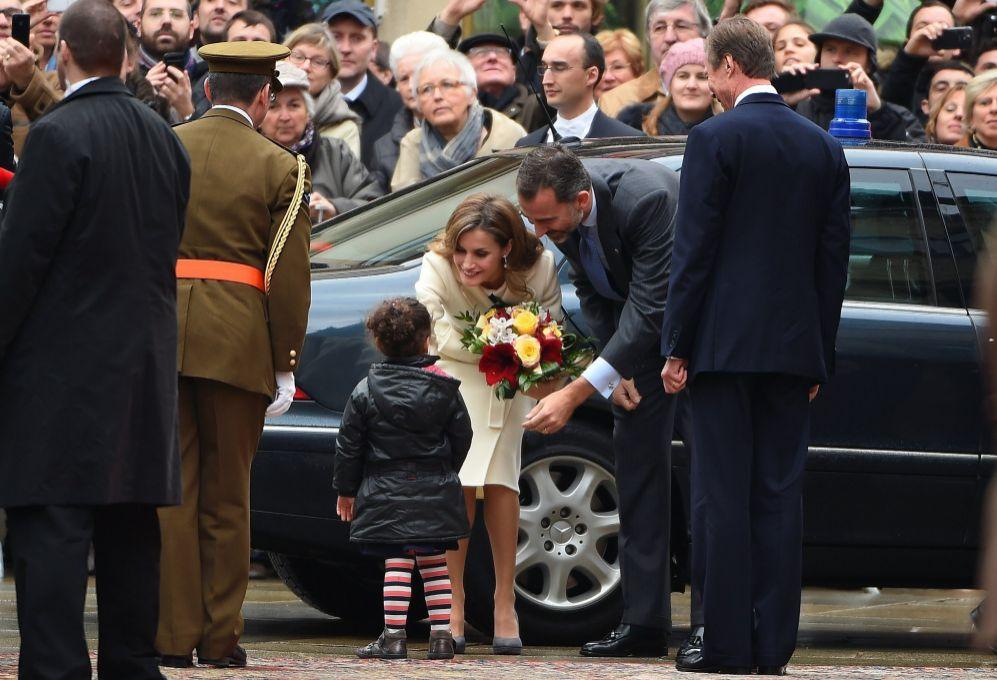 Los Reyes fueron recibidos a pie de automóvil en la entrada del...