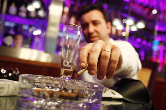 Uno de los clientes de un club de fumadores de Málaga.