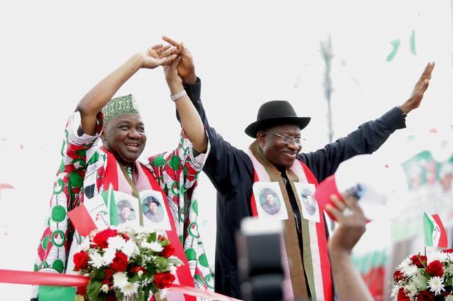 El presidente de Nigeria, Goodluck Jonathan, saluda a sus partidarios...