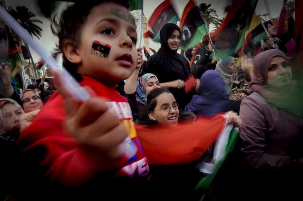 Seguidores del Gobierno de salvación de Omar al Hassi celebran su...