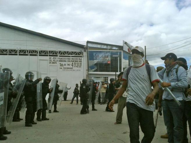 Maestros del estado de Guerrero se enfrenta con la policía tras...