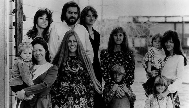 Un hombre mormón con seis de sus 13 mujeres y algunos de sus hijos,...
