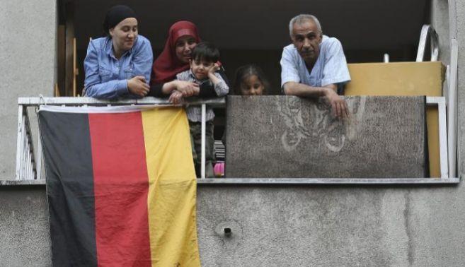 Un barrio de inmigrantes en Berlín luce banderas alemanas durante la...