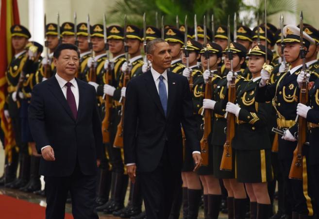 El presidente chino, Xi Jinping, junto a su homólogo estadounidense,...