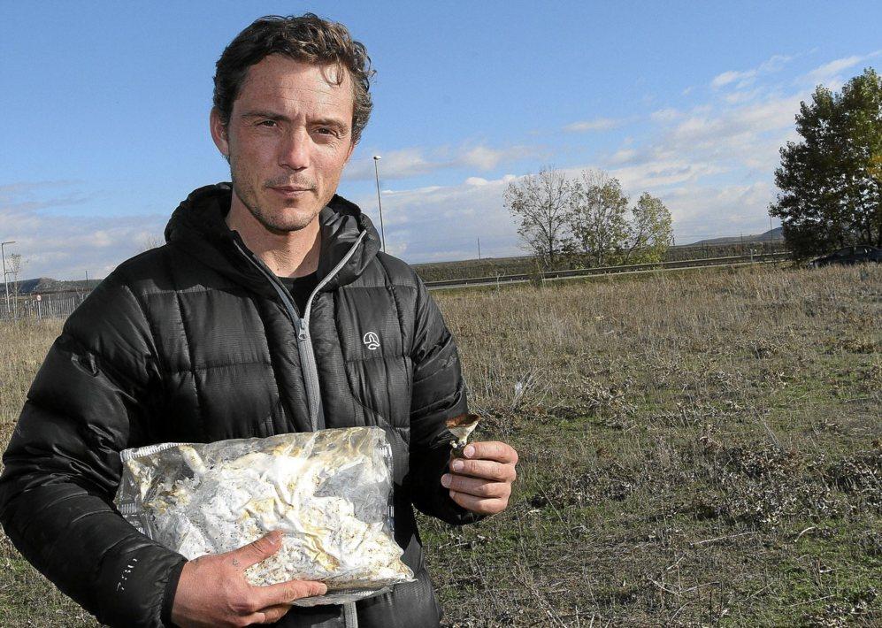 Jaime Olaizola muestra un ejemplar de seta de cardo y el micelio que...