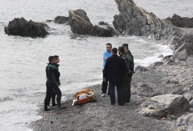 Miembros de la Guardia Civil, junto al cadáver de uno de los 15...