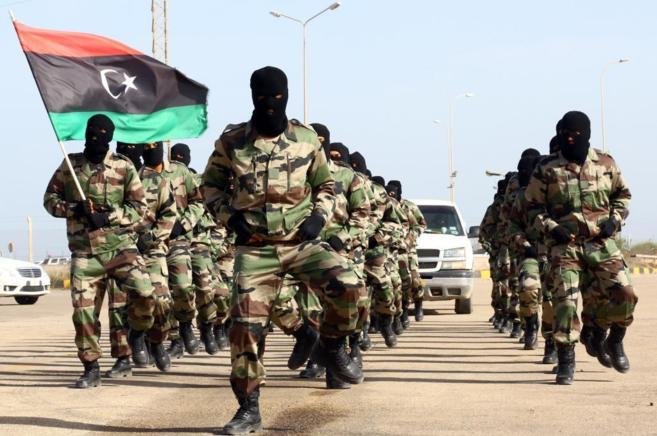 Militares libios marchan durante la ceremonia de graduación en una...