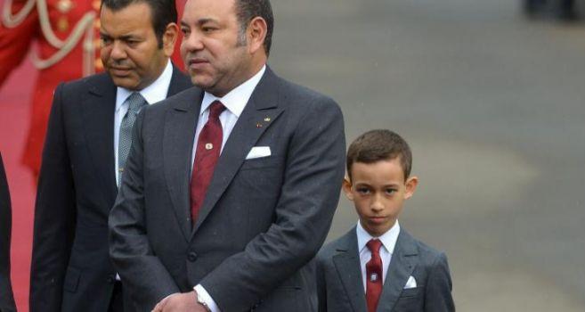 El rey de Marruecos (c) junto a su hijo el principe heredero y su...