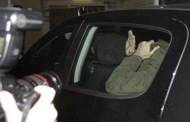 El detenido, a su llegada ayer a la comisaría central de Oviedo tras...