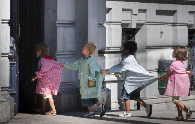 Niños entrando en clase tras el recreo en un colegio público de...