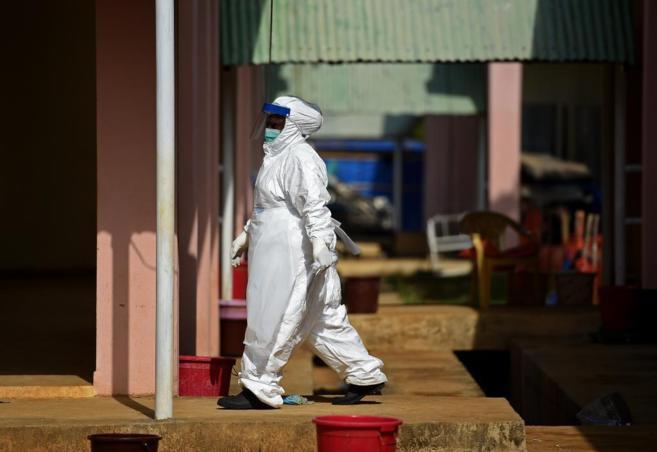 Un sanitario con traje de protección en Liberia.