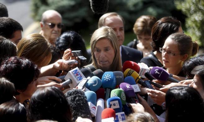 La ministra de Sanidad atendiendo a los medios tras el funeral de...
