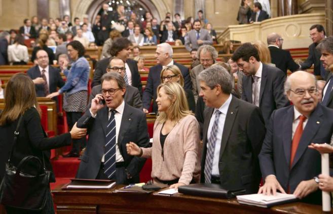 El presidente de la Generalitat, Artur Mas, habla por teléfono, ayer,...