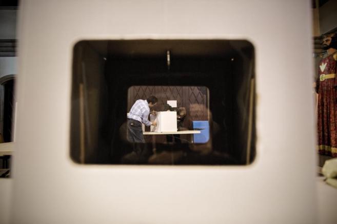 Una urna para la consulta del 9-N en las Escuelas Pías de Barcelona.