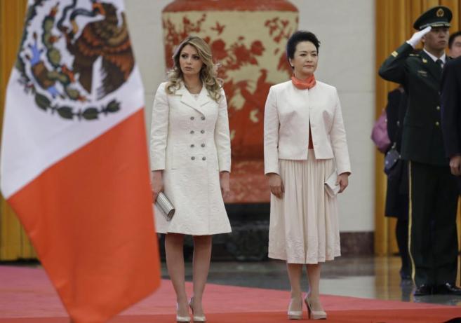 Angélica Rivera y Peng Liyuan, en el encuentro bilateral mantenido...